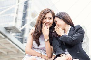 内緒話をする二人の女性