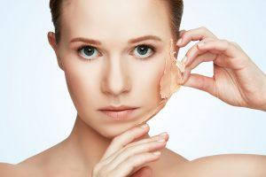 肌の皮をむく外国人女性